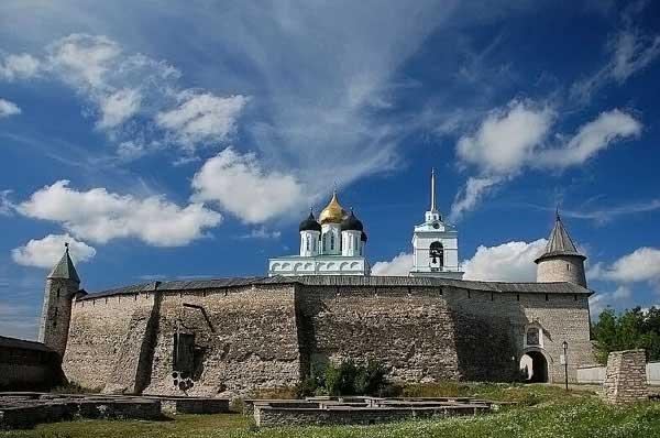 Мужская голова. XII, http://ru.wikipedia.org/wiki/%D0%A4%D0%B0%D0%B9%D0%BB:Kremlin_of_Pskov-2008-1.jpg
