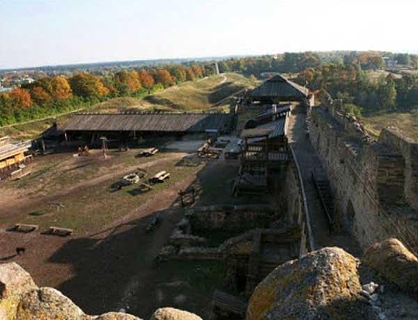 Толщебор. Раскопки. Фото заимствовано http://www.chaskor.ru/article/srednevekovaya_krepost_tolshchebor_v_estonii_226
