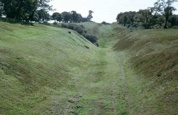 Англия. Вал Антонина. http://lochsplus.files.wordpress.com/2012/03/antonine_wall_near_rough_castle_fort1.jpg. Photo by Patrick Ottaway: The Antonine Wall at Walling near Falkirk. The ditch is in the center and the remains of the turf wall on the left