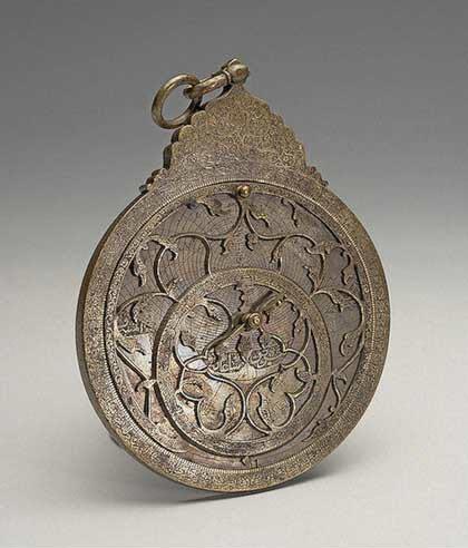Астролябия, 1682 // Иран; бронза (латунь); литьё, резьба, 11,5х18 см.  Государственный Эрмитаж, http://www.hermitagemuseum.org