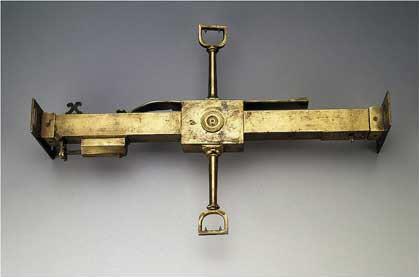 Нивелир подвесной, нач. XVIII // Германия; латунь, 45х29,2 см. Государственный Эрмитаж; http://www.hermitagemuseum.org