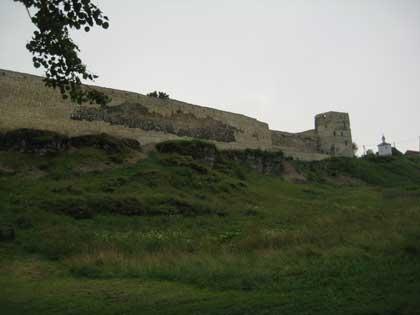 Крепость Изборск, вид на стену извне, 2014, дождь